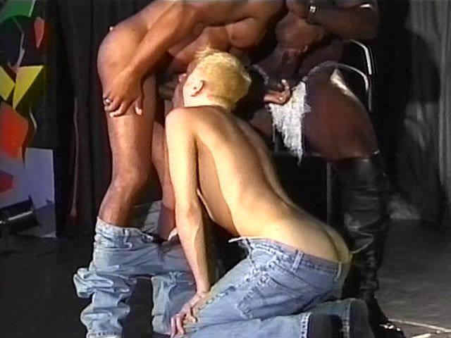 Flic gay actif baise deux culs imberbes