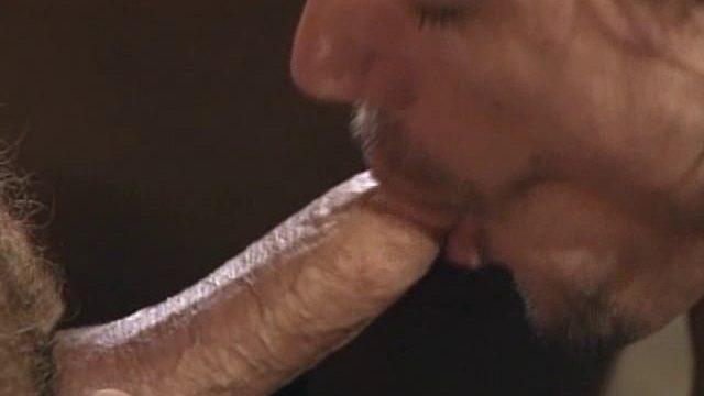 Vieux gay poilu sportif en chaleur