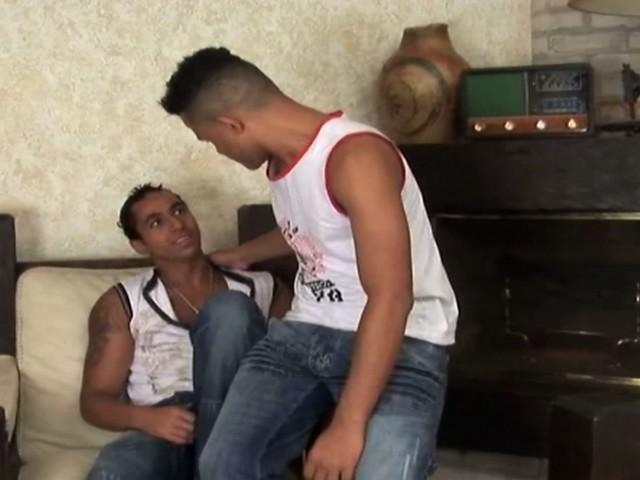 Deux métisses gays très excités se pénètrent le cul