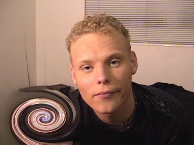 Ce mec gay se pénètre l'anus avec un plug